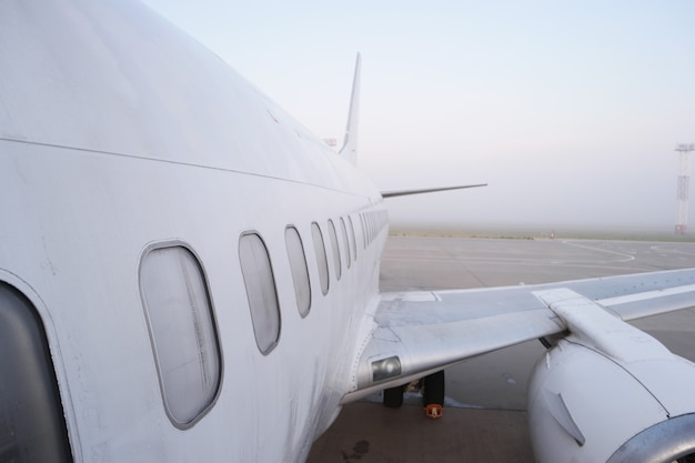 Samolot na lotnisku z bliska widok.