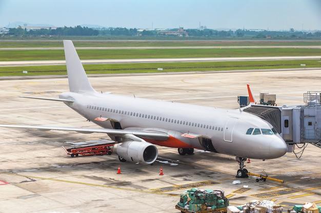 Samolot na międzynarodowym lotnisku w hongkongu