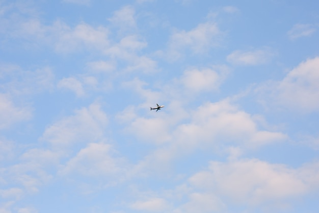 Samolot na niebie z chmurami