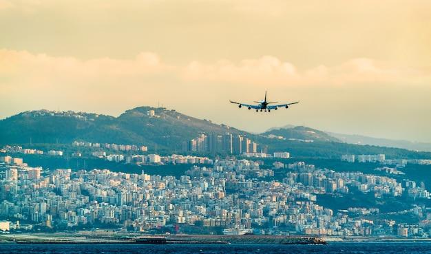 Samolot na ostatnim podejściu do międzynarodowego lotniska w bejrucie rafic hariri w libanie