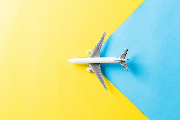Samolot na pastelowej niebieskiej i żółtej ścianie