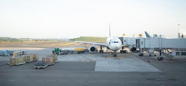 Samolot odrzutowy zadokowany na międzynarodowym lotnisku viracopos campinas w sao paulo w brazylii
