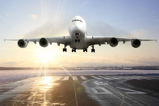 Samolot pasażerski do lądowania na pasie startowym na lotnisku. wieczór