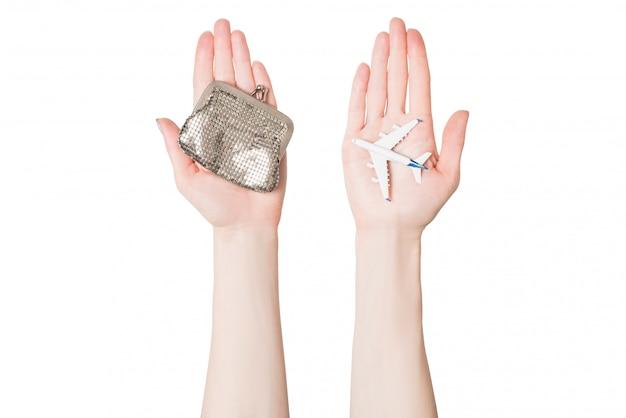 Samolot pasażerski i portfel na dłoniach kobiet. tanie loty