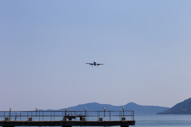 Samolot pasażerski ląduje. zmniejszenie wysokości. grecja, korfu.