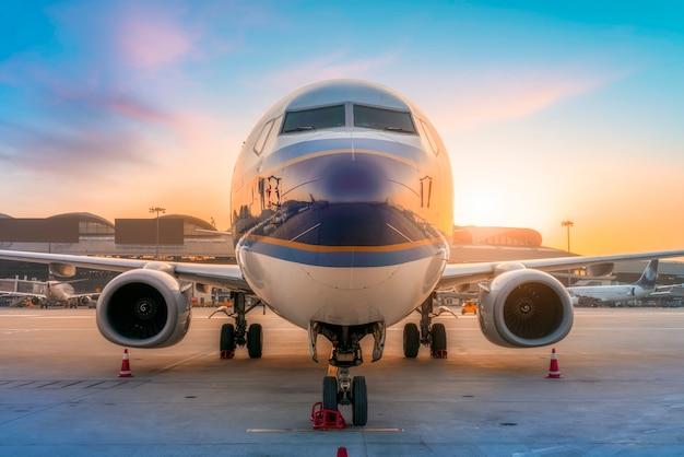 Samolot pasażerski na pasie startowym i płycie lotniska