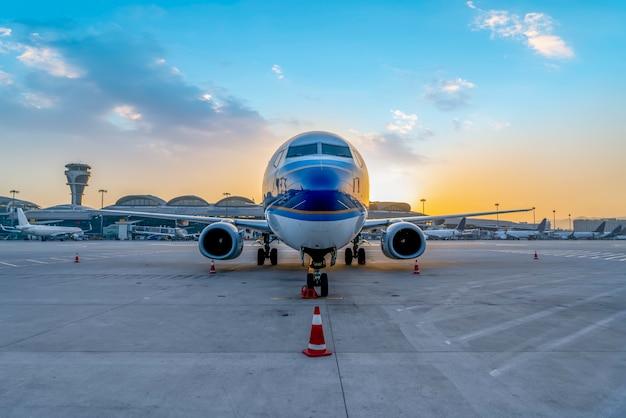 Samolot pasażerski pasa startowego