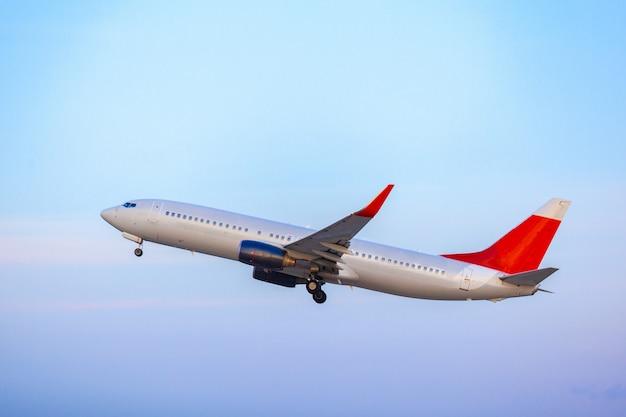 Samolot pasażerski startujący z pasa startowego na lotnisku w słoneczny dzień
