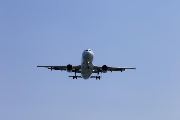 Samolot pasażerski w zbliżeniu nieba. zmniejszenie wysokości. grecja, korfu.
