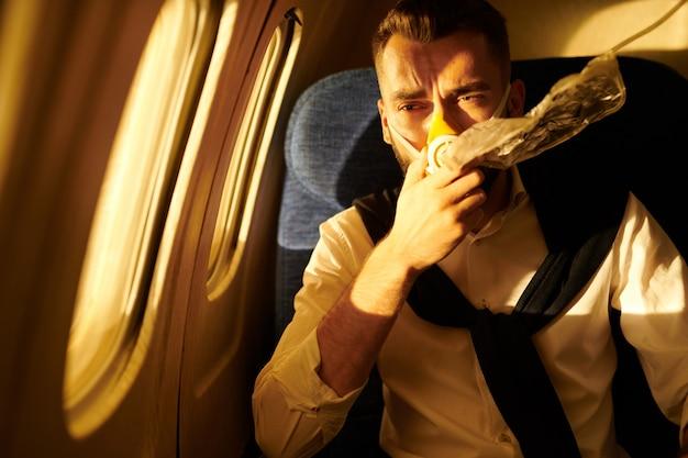 Samolot pasażerski z maską tlenową