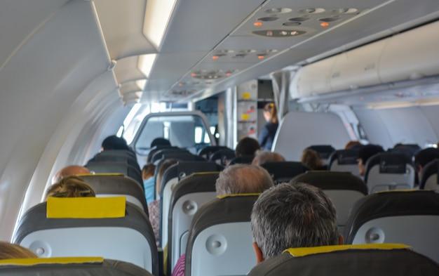 Samolot pełen pasażerów.