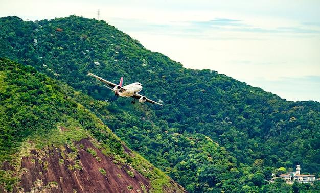 Samolot przed lądowaniem na lotnisku rio de janeiro w brazylii