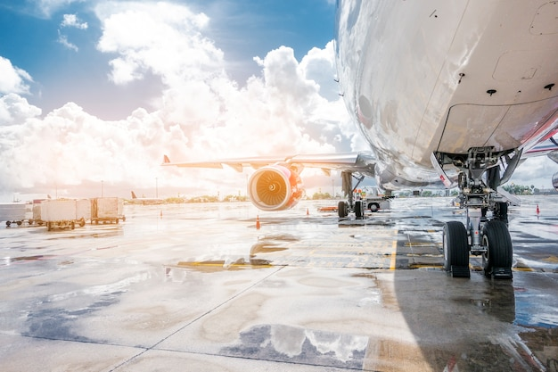 Samolot przygotowywa przygotowywać dla start w lotnisku międzynarodowym