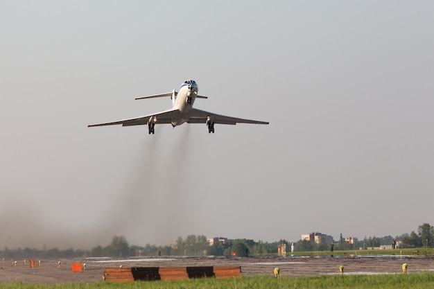 Samolot startujący z lotniska wojskowego