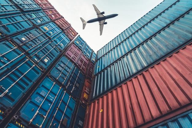 Samolot towarowy lecący nad kontenerem zamorskim