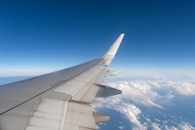 Samolot uskrzydla podczas gdy latający w niebie