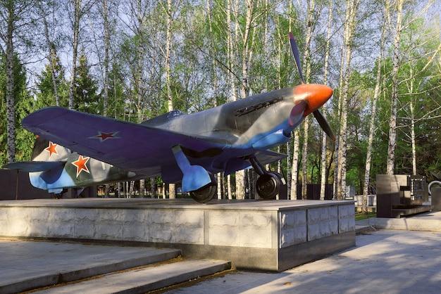 Samolot w parku w nowosybirsku samolot wojskowy jak9 myśliwiec 19411945