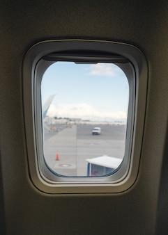 Samolot z boku okna na arponie na lotnisku