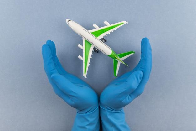 Samolot z chirurgiczną maską medyczną