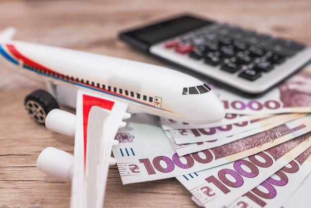 Samolot zabawka i hrywny. pojęcie turystyki, podróże.