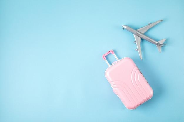 Samolot zabawka i walizka