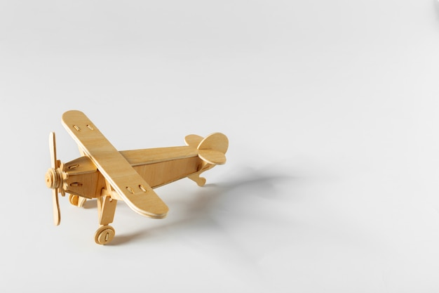Samolot zabawka na białym tle
