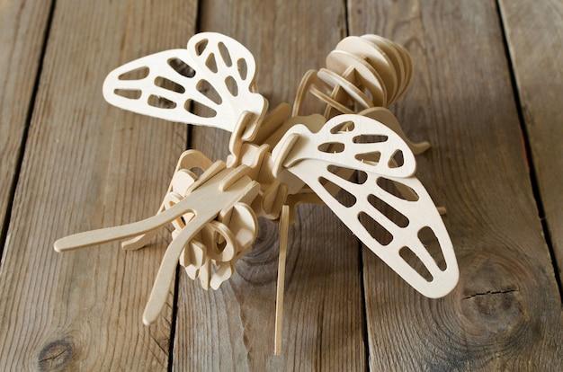 Samolot zabawkowy z części drewnianych. projektantka edukacyjna dla dzieci