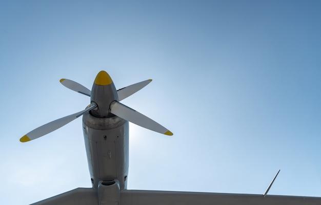 Samolotowe śmigło samolotu wojskowego, kopii przestrzeń. błękitne niebo słoneczne