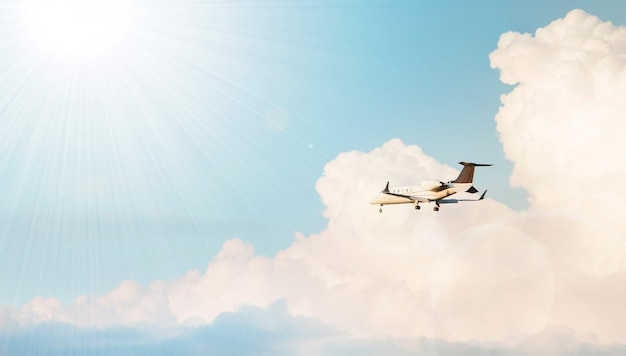 Samolotowy latanie w chmurnym niebie