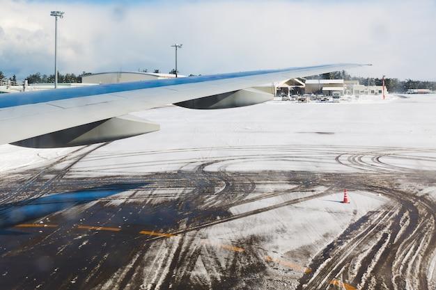Samolotowy opona ślad na śniegu
