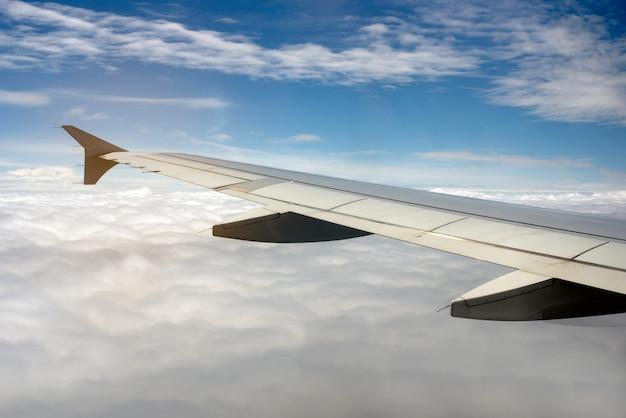 Samolotu skrzydło na niebie