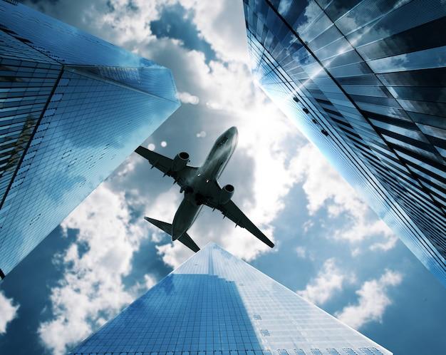 Samoloty latają po niebie między drapaczami chmur