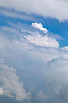 Samoloty lecące przez chmury