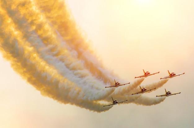 Samoloty myśliwskie dymu na niebie