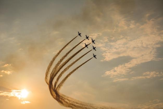 Samoloty w szyku latające na niebie podczas pokazów lotniczych