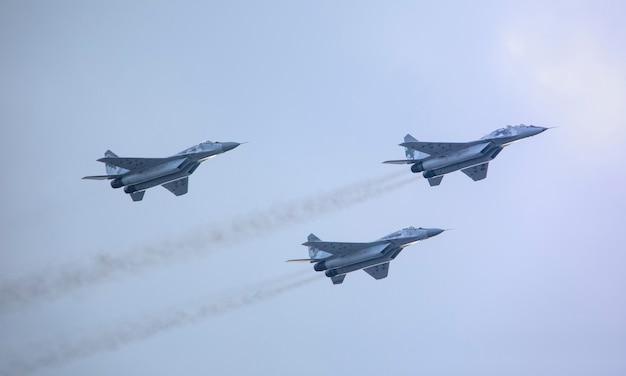 Samoloty wojskowe nowej generacji na niebie.
