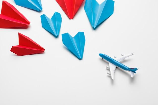 Samoloty z czerwonego i niebieskiego papieru. koncepcje dotyczące przywództwa i konkurencji biznesowej
