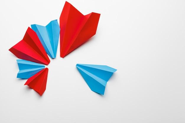 Samoloty z czerwonego i niebieskiego papieru.