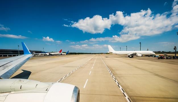 Samoloty zaparkowane na lotnisku