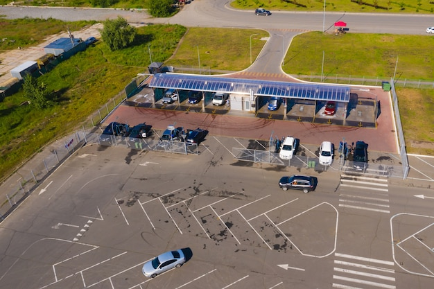 Samoobsługowa myjnia samochodowa. samochody stoją na stanowiskach myjni samochodowej. ludzie myją samochody.