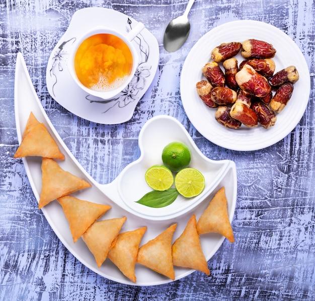 Samosa z datami i herbatą