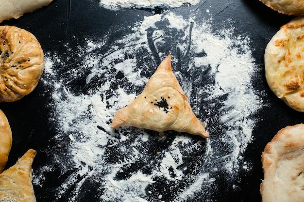 Samosa z narodowego uzbeckiego ciasta francuskiego z nadzieniem mięsnym lub serowym