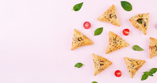 Samosas z filetem z kurczaka i zielonymi ziołami
