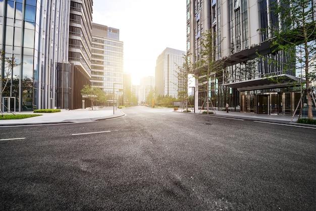 Samotna droga z nowoczesnymi budynkami