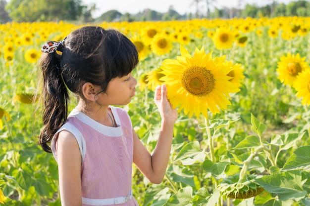Samotna dziewczyna na słoneczniku