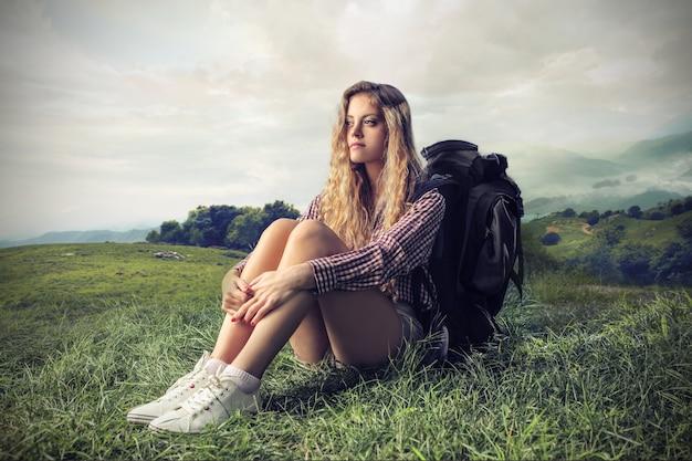 Samotna dziewczyna na wędrówki