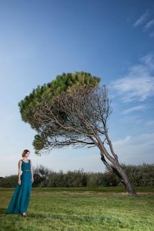 Samotna kobieta idąc przez łąki