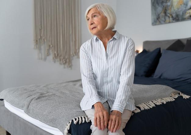 Samotna kobieta w obliczu choroby alzheimera