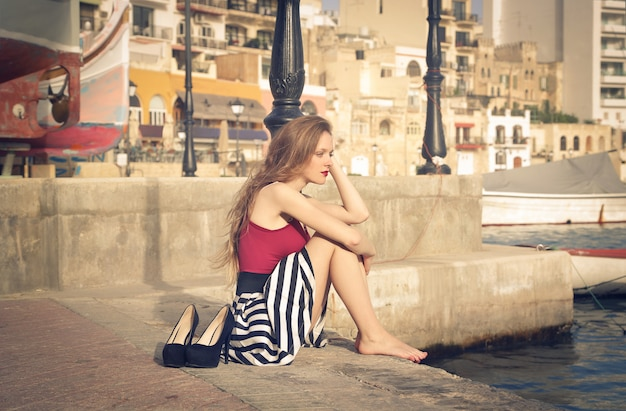 Samotna kobieta w porcie