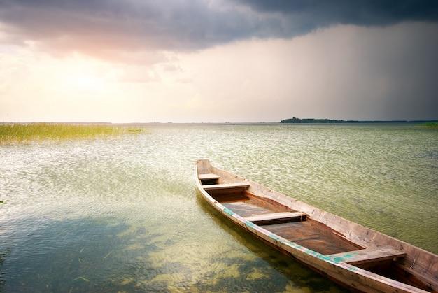 Samotna łódź na jeziorze